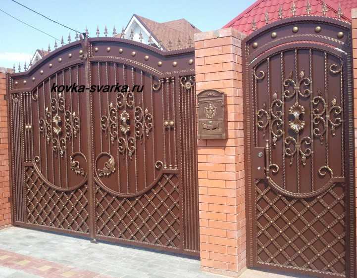 Ворота распашные металлические с калиткой фото монтаж